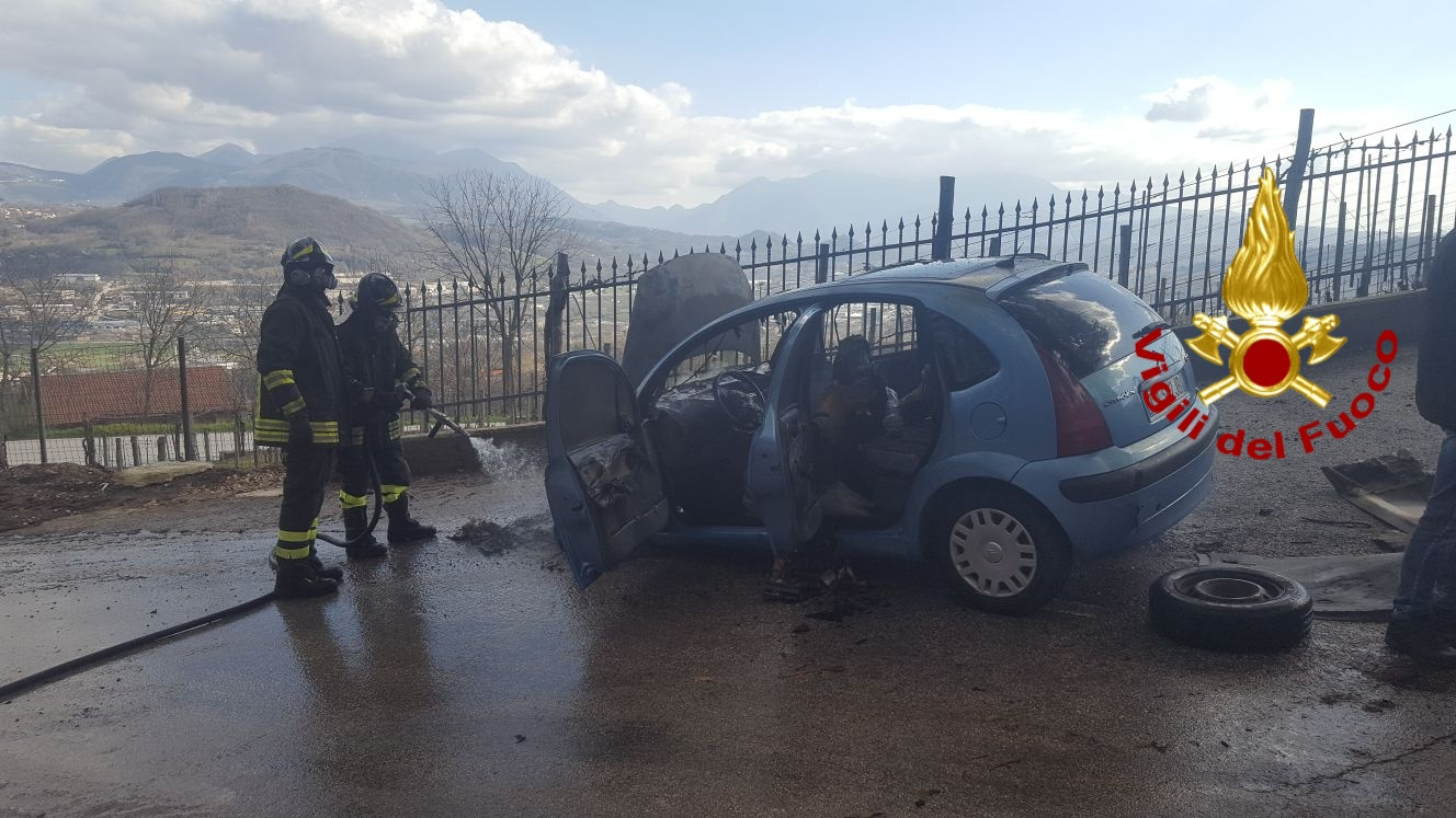 Photo of Paura a Montefredane: auto in fiamme con padre e figlio a bordo