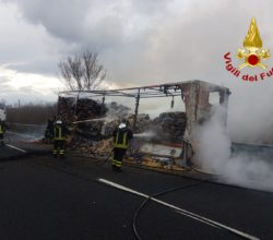 Camion in fiamme sulla A16